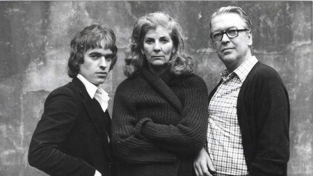 Martin Amis con la matrigna Elizabeth Jane Howard e il padre Kinsley in una foto degli anni '70.